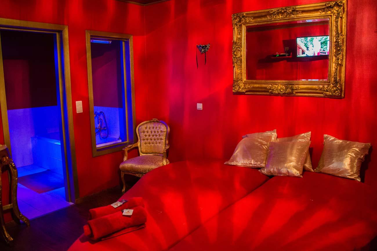 club privé 51 fétiche érotique café kinky Menen sexe bar thème chambres bondage BDSM playzone pole dance xxx cinéma maître esclave maîtresse
